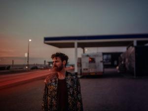 Lukas Batteau brengt 'Down To The Sea' uit, een meeslepende voorbode van zijn nieuwe album