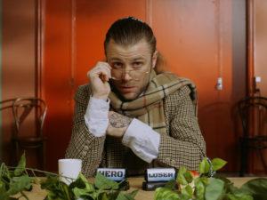 Tim Schou maakt ruim baan voor verschillende karakters in grappige, nieuwe video 'Hero / Loser'